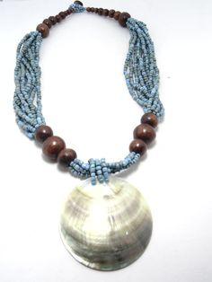 Colar bijuteria artesanal, feito de miçangas, madeira,concha de madreperola, longo, azul turquesa.