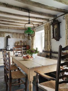 Awesome Rustic Kitchen Style Ideas For Comfortable Old Kitchen - Now you've got a kitchen design thought with a rustic motif, it'll be so much less complicated so that you can make it happen. Modern Farmhouse Interiors, Rustic Farmhouse Decor, French Farmhouse, Farmhouse Table, Rustic Kitchen, Country Kitchen, Farmhouse Ideas, Country Living, Vintage Farmhouse