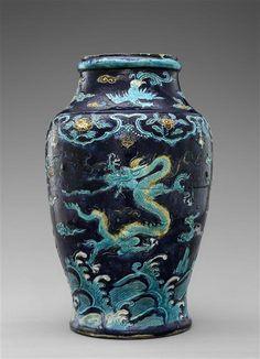 Vase à motifs de dragons, dynastie Ming (1368-1644), porcelaine fahua (trois couleurs), Hauteur : 0.45 m, Largeur : 0.28 m. Limoges, musée national Adrien Dubouché, ADL6066. Photo © RMN-Grand Palais (Limoges, Cité de la céramique) / Tony Querrec
