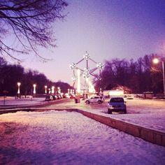 Viendo #atomium lleno de #nieve emocionada de ver la nieve por primera vez sobre todo!