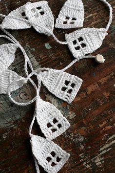 Crochet Garland - Wall Hanging - houses - houses garland - no pattern but a good idea Crochet Bunting, Crochet Garland, Crochet Diy, Crochet Home, Crochet Crafts, Yarn Crafts, Hand Crochet, Crochet Projects, Crochet Mignon