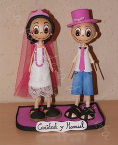 Fofuchas personalizadas de 20 cm de altura, Manuel va vestido con un gorro y corbata fucsia y a Caridad con una corona, un velo y un collar fucsia Collar, Minnie Mouse, Disney Characters, Fictional Characters, Art, Dress, Ties, Caps Hats, Charity