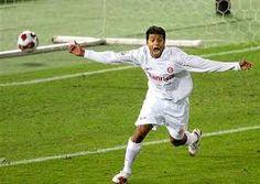 Adriano Gabiru comemorando seu gol mais importante na vida dele e de todos os colorados, por enquanto.