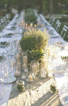 composition florale centre de table, chemin de table en fleurs