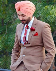 How to match turban colour to your dress - Guys World Wedding Coat, Wedding Suits, Marriage Dress For Men, Engagement Dress For Groom, Turban Mode, Punjabi Boys, Kurta Pajama Men, Indian Groom Wear, Salwar Suits Party Wear