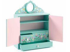 Niedlicher bunt bemalter Schrank von Djeco. Der farbenfrohe Schrank hat zwei Schwingtüren. Im Inneren befinden sich eine Schublade, zwei Schubfächer und zwei normale Fächer mit Boden. Und das Besondere: beide Schubladen haben einen doppelten Boden. #takatomo #Geschenke