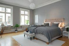 colores para habitaciones, dormitorio en gris con alfombra blanca y cabecero en beige, piso de parquet, grandes ventanas sin cortinas