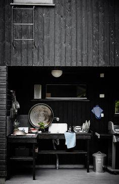 Tämä on tuttu näky monella mökillä. Varsinainen ruoanlaittotila sijaitseekin ulkona, koska pienen mökin keittiö sisällä on pieni. -Ruoanlaitto on laajennttu isoon ulkokeittiöön, Jonna Kivilahti sanoo.