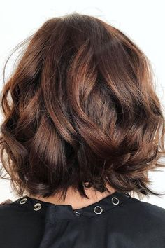 Root Beer Hair Is Trending & Brunettes Everywhere Are Fizzing With Excitement Chocolate-Auburn Bob Hair Color Auburn, Ombre Hair Color, Brown Hair Colors, Aveda Hair Color, Auburn Balayage, Balayage Hair, Balayage Bob Brunette, Brunette Bob, Root Beer Hair