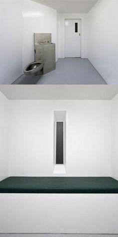 Gregor Schneider - Isolation Room (white torture) . La ausencia de detalles, de narración, de humanidad, la presencia de los colores, la luz y la oscuridad, el movimiento de las habitaciones y de las paredes, ofrecen al receptor sensaciones angustiosas que no esperaba encontrarse.
