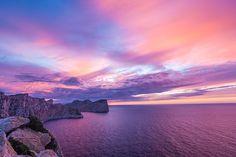 Cap de Formentor, Majorque. http://www.lonelyplanet.fr/article/majorque-les-plus-belles-randonnees-cotieres #cap #Formentor #Majorque #sunset #crépusucule #mer #falaise #côte #randonnée #îles #Baléares #voyage
