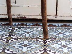 Si el pavimento está deteriorado en alguna zona, puedes disimularlo con un suelo vinílico de diseño vistoso. Garden Planning, Vinyl, Tiles, Flooring, Contemporary, Rugs, Design, Home Decor, Kitchen Ideas
