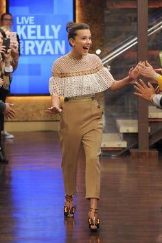 De la semana de Millie Bobby Brown hay empate entre los looks que llevo al programa Live with Kelly and Ryan con un original conjunto en tonos neutros de Self-Portrait Pre-Fall 2017. Los zapatos mariposa son de Sophia Webster.