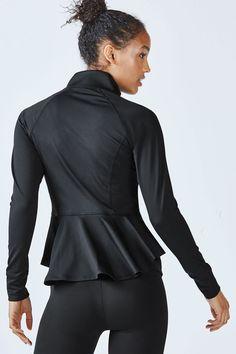 Diese Jacke ist wirklich etwas Besonderes! In ultra-femininer Peplum-Silhouette vereint sie sportive und weibliche Elemente wie keine andere. Mit 4-Wege-Stretch