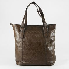 Grand sac à main marron cannelle à tête de mort porté épaule