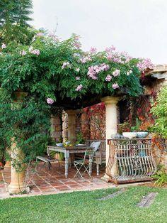 HOME bellissimo pergolato. Bello il vecchio tavolo. Originale la ringhiera del vecchio balcone: la voglio!