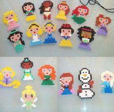En este taller de manualidades realizado con Hama Beads para niños de 6 a 8 años diseñamos todas las princesas clásicas y las actuales de Disney. En una sola sesión los niños se familiarizan con este material tan creativo y luego son capaces de hacer sus propias creaciones, que se llevan a casa en