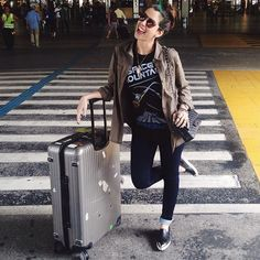 Hellow SP! Chegamos!  @diegonunes #letscopa #aerolook #airportstyle   camisa H&M + tshirt Disney + jeans Riachu + slipon Miu Miu