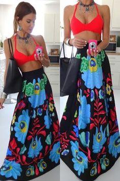 Maxi sukňa s výraznými farebnými motívmi. Možnosť rozopnutia na zips v zadnej časti. Vhodná na bežné nosenie či na spoločenskú príležitosť.