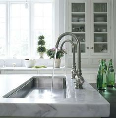 Why don't we see more sinks with the faucet on the side? It's so much more practical. I would love to see a U-shaped sink with a side faucet so I don't have to kill my back while doing the dishes. If only I could design my own kitchen. Kitchen Dinning, Kitchen And Bath, Kitchen Sinks, Kitchen Island, Trough Sink, Prep Sink, Sink Faucets, Beautiful Kitchens, Kitchen Design