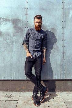 Look básico compuesto por una camisa de manga larga en un tono azul apagado, vaqueros denim negros y botas negras. Un conjunto más propio para un clima otoñal que nos sacará a más de uno de un apuro.