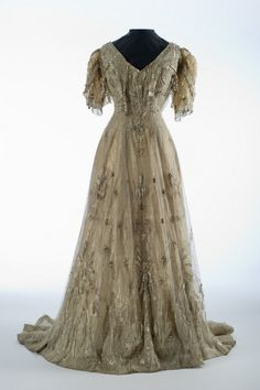 Evening dress, ca 1907 US (Pittsburgh), Shelburne Museum, front view Edwardian Clothing, Edwardian Dress, Edwardian Fashion, Vintage Clothing, Edwardian Era, Vintage Fashion, Vintage Couture, Historical Clothing, Vintage Gowns
