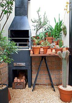 """Dá para ter churrasqueira até em apartamento pequeno, como este, de 80 m². Apesar de enxuto, o terraço concebido pela paisagista Claudia Muñoz é o espaço preferido do morador Gustavo Morcelli. """"Quando recebo, todo mundo quer ficar no jardim"""", conta"""
