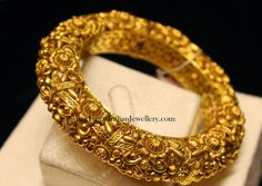 This enticing pair of traditional Pacheli bangles is gold in a true sense. Dazzle up your wedding look with the intricate royal Design. Visit us at South ex today. Gold Bangles Design, Gold Jewellery Design, Antique Jewellery, Silver Bangles, Gold Kangan, Bridal Bangles, Gold Jewelry Simple, Schmuck Design, Necklace Designs