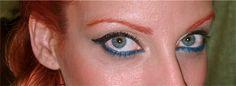 Ojos con eye-liner Push Up Liner de Benefit, y sombras doradas de Naked by Urban Decay. Linea de agua sombra en lapiz azul pavo Perfect Stay de Astor.