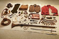 Einer für alle - alle für einen: Diese Habseligkeiten gehörten einem Musketier der New Model Army, der Parlamentsarmee, die 1645 gegen die Royalisten kämpfte. Zwar gab es noch die Metallklinge, doch ging die Tendenz immer mehr zu Schusswaffen. Auch Spielwürfel, Karten und Flöte nannte der Soldat sein eigen.