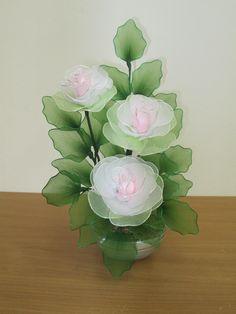 Idéias Nylon Flowers, Wire Flowers, Cloth Flowers, Plastic Flowers, Satin Flowers, Fall Flowers, Fabric Flowers, Flower Crafts, Flower Art