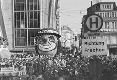 Der Rosenmontagszug im Jahr 1973 am Neumarkt.