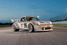 Après le pickup Datsun 620 la semaine dernière, un autre modèle Super Treasure Hunt a déjà fuité sur le net. Donc en second $TH de 2018 qui verra le jour avec le lot B, nous auront le droit à une Porsche 934.5 qui s'annonce pas mal du tout. Pour le moment il faudra juste vous contenter d'un visuel sur la carcasse de l'Hot Wheels designée par Jun Imai et Ryu Asada. Ce sera la deuxième version de la Porsche 934.5 qui verra le jour après le modèle blanc sorti cette année en Mainline. En savoir…