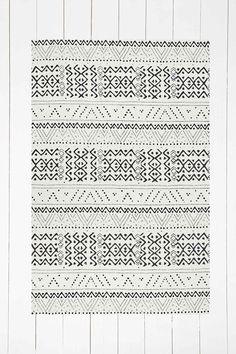 Cremefarbener Teppich mit Rauten- und Punkteprint, 4 x 6 Fuß - Urban Outfitters