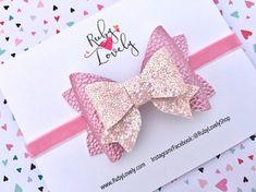 Nina Bow: Perla metálico imitación de cuero rosa y lazo de brillo rosa de luz en una diadema o un clip. {ARCO DIMENSIONES} Aprox. 3,3 pulgadas CLIPS de {} - pinza parcialmente cubierto (petición no resbalón agarre al finalizar la compra), o pasador francés {BANDA} - venda de Nylon blanco o terciopelo rosado 3/8, 3/8 blanco o Blush brillo elástico. TAMAÑOS DE LA VENDA DEL {} Estos son promedios; medida para el mejor ajuste. Recién nacido: 13 pulgadas 0 - 6 meses: 14 pulgadas 6 - ...