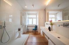 バスルームは家の中でも最もプライベートな領域なので、よほど敷地に余裕がない限り、外からの視界を遮る構造にしなければならず…