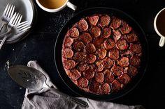 Fig Upside-Down Cake recipe on - gluten-free, chestnut flour Fig Recipes, Dog Food Recipes, Cake Recipes, Cooking Recipes, Yummy Recipes, Holiday Recipes, Recipies, Round Cake Pans, Round Cakes
