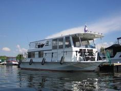 Chris Craft  Aqua Home model Houseboat 1971: This Chris Craft Aquahome houseboat was an oldie, but definitely a favorite houseboat, since it was in impeccable shape and it always got great comments