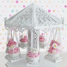 Stand para Cupcakes Carrusel Stand de madera realizado artesanalmente con unos detalles increíbles simulando un precioso Carrusel. Ideal para adornar mesas dulces, cumpleaños, bodas. Contiene 7 asientos para Cupcakes o dulces. Medidas: 35 cm de diámetro por 38 cm de alto aproximadamente. Carousel Birthday Parties, Carousel Party, Candy Table, Candy Buffet, Diy And Crafts, Paper Crafts, Candy Cart, Unicorn Party, Event Decor
