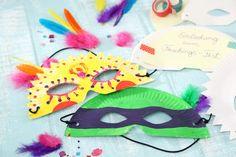 Maske aus halbiertem Pappteller als Party-Einladung