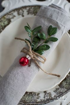 Christmas Table Centerpieces, Diy Christmas Decorations Easy, Christmas Table Settings, Christmas Tablescapes, Holiday Tables, Christmas Dinner Tables, Holiday Dinner, Victorian Christmas Decorations, Christmas Tabletop