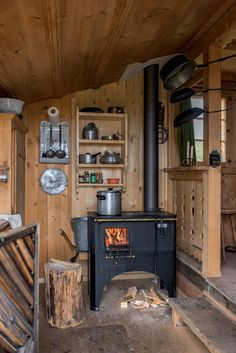 Feel the burning feeling of Wood Burning Stove Design. See a lot more ideas about Timber cooktops, Timber oven and Fire place heater. Picking the very best timber melting cooktops for your homestead is an individual affair. Tiny Cabins, Tiny House Cabin, Cabins And Cottages, Cabin Homes, Log Homes, Tiny Homes, Tiny House Wood Stove, Small Log Cabin, Cozy Cabin