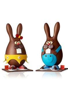 Léa et Léo - Arnaud Larher : des lapinous cartoonesques en chocolat au lait 33% de cacao grand cru de terroir pur de Madagascar. Fritures de Pâques en chocolat blanc, lait, noir et fourré praliné. 45,50 euros l'unité (350g)