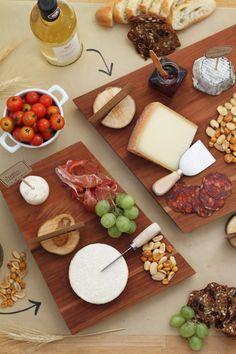 Suggestion Tchin Tchin : Dégustation vins et fromages du Québec!   Servez plusieurs variétés de biscottes, de craquelins et de pain avec les fromages. Permettez à vos convives de se refaire le palais entre deux services en grignotant des fruits frais (pommes, raisins, fraises) ou même des charcuteries qui se marieront à merveille avec les fromages. #SAQ #Vin #Fromage