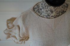 Halenka s volánkovými rukávy 38/40 Ručně pletená halenka z kvalitní bavlněné příze v barvě smetany.Rukávy jsou s volánky aspodní lem do vlnek, projmutý pas. Velmi příjemná na nošení. Materiál: 100% bavlna Velikost - 38/40