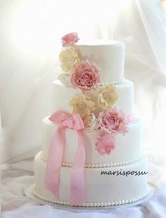 Marsispossu: Vaaleasävyisin kukin koristeltu hääkakku, Wedding cake with flowers