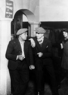"""Deux """"mauvais garçons"""" dans un bal musette parisien. Paris, vers 1935."""
