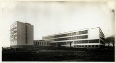 Walter Gropius, Bauhaus building Dessau (1925-1926) on Flickr.Photo by Lucia Moholy, 1926 http://rosswolfe.wordpress.com