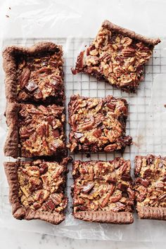 With a chocolate crust and plenty of chopped bittersweet chocolate, these chocolate-pecan pie bars are the perfect treat for any chocolate and pecan lover. Pecan Pies, Pecan Pie Bars, Apple Pies, Köstliche Desserts, Delicious Desserts, Plated Desserts, Dessert Recipes, Sweet Pie, Chocolate Pies
