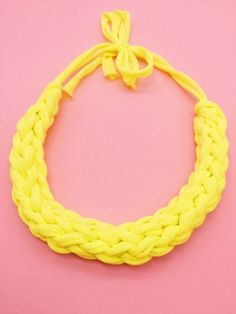 Statement Kette knoten - einfache Anleitung zum Schmuck basteln – Happy Dings – Happiness  DIY Blog Jewelry Knots, Diy Jewelry, Macrame Colar, Diy Blog, Upcycle, Diy And Crafts, Easy Diy, Crochet Necklace, Bracelets